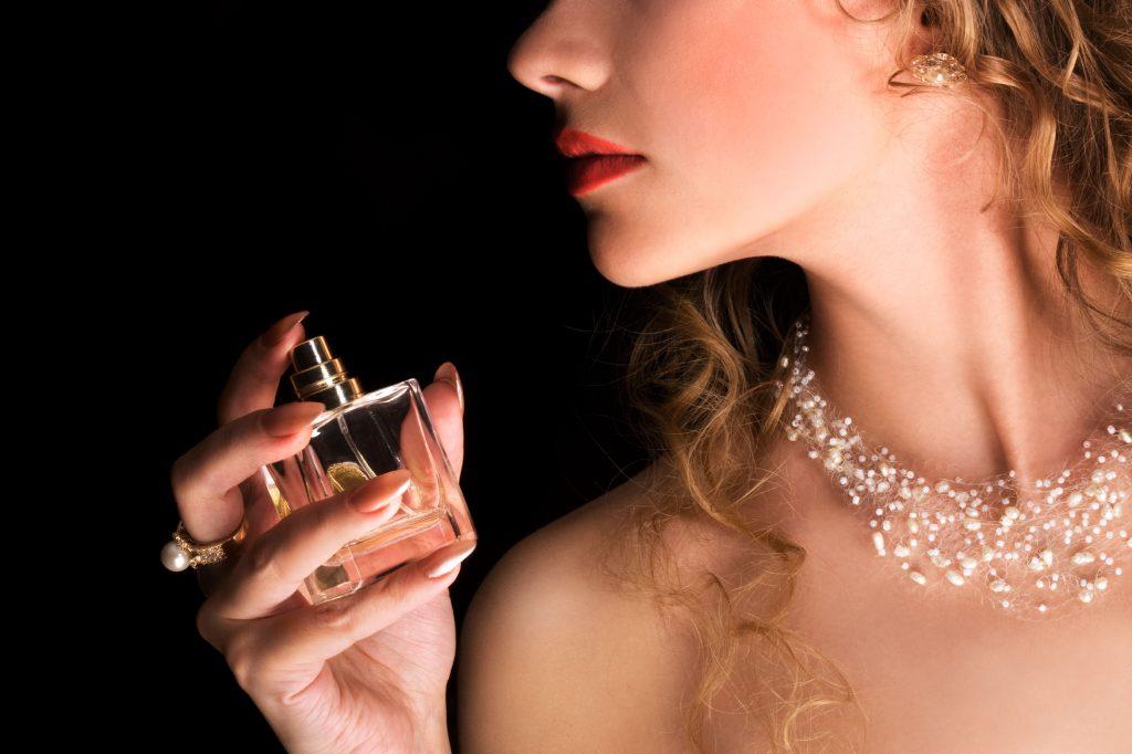 Девушка с парфюмом картинка